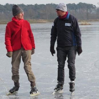 Mannen onder elkaar,waarschijnlijk praten zij over het schaatsen