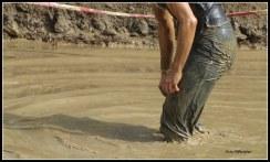 Ergens aan meedoen ...,een uitdaging, je komt tot inkeer als je aan het modderen bent .De modder blijft plakken..,het wordt vermoeiend zwaar ...,toch verder te willen.