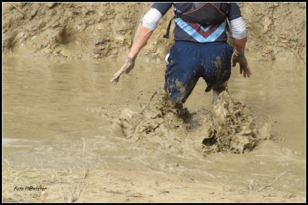 Spetterend en met strekkende handen door het modderbad