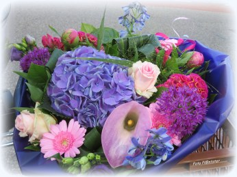 Zeg het met bloemen! Een bos prachtige bloemen ..., hiermee kan/mag je met 'n gerust hart thuiskomen .Een zonneschijn aan wie ik dit plaatje heb te danken. Dank je!