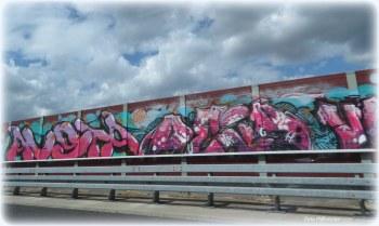 Met de lucht aan wolken, zij zochten hun weg in de lucht. En langs de weg zag ik graffiti kunst .Beiden waren voor ogen maar ook gauw weer weg.