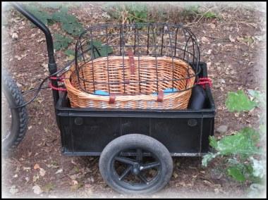 Als fietskarretje met open dak... ,heel waarschijnlijk door een creatieveling gemaakt, om met een kleinere hond erop uit te kunnen gaan.Dit karretje had op zich wel iets,hoe het erbij stond.Het is geen dure ... met merknaam onder de fietskarren maar wel heel origineel bedacht
