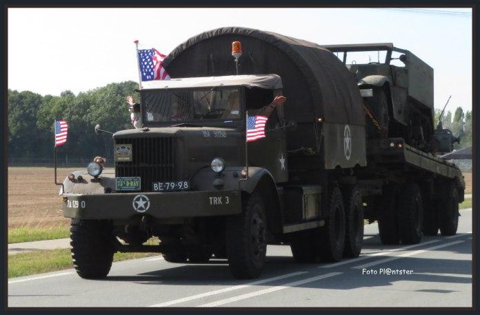 """Historische voertuigen """"DANKBAARHEID"""" voor de landen die voor vrijheid hebben gestreden.Dit jaar 75 jaar geleden Operation Market Garden. In afgelopen september 2019 :Paradroppings, kransleggingen, herdenkingsconcerten, historische voertuigen en basecamps."""
