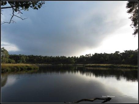 Donkere wolken als een deken over de Vennen, het laat een andere foto ervan maken.De luchten met telkens andere taferelen ... het is veranderlijk wel mooi
