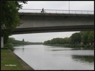 Beneden nabij deze brug keek ik omhoog en zag een fietser... het deed me even denken aan het liedje van Boudewijn de Groot .Hoe sterk is de eenzame fietser die kromgebogen over zijn stuur tegen de wind zichzelf een weg baant.