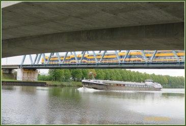 Van onder de brug even een kijkje naar wat bedrijvigheid , er zat vooruitgang in zowel 't schip als trein. Groet Plantster