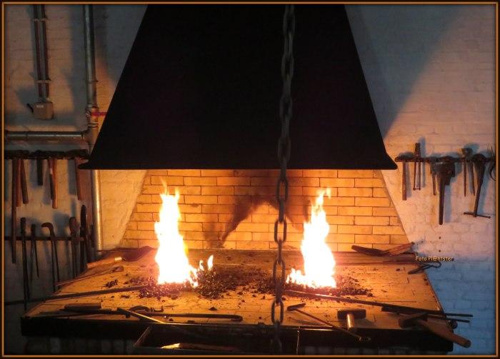 Het ijzer met heet vuur smeden