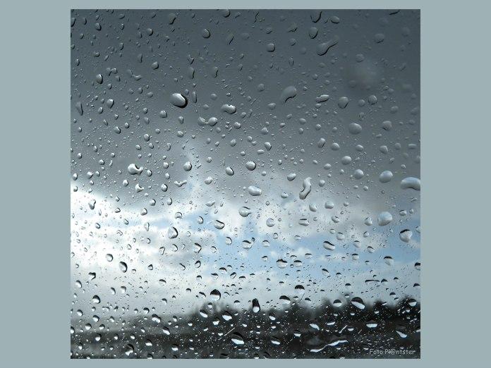 De lucht keek dreigend als waarschuwing voor de flinke regenbui.Het werd tijd en menens om naar huis te gaan.