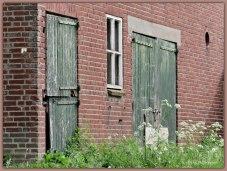 Oudere boerderij onbewoonbaar. 'n Verwaarloosde indruk met ook staldeuren niet meer in goede staat