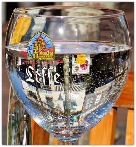 Drinkglas staat bol ,als een glazen bol ,ik zie er iets in . Met water een weerspiegeling en weerkaatsing