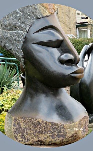 Beeld(en) uit Zimbabwe, vervaardigd uit serpentijnsteen.
