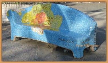 Een afbeelding van de narcis verwerkt in dit mozaïeken bankje.