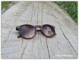Nabij een parkeerplaats een zonnebril ,'t lag er om terug gevonden te worden.