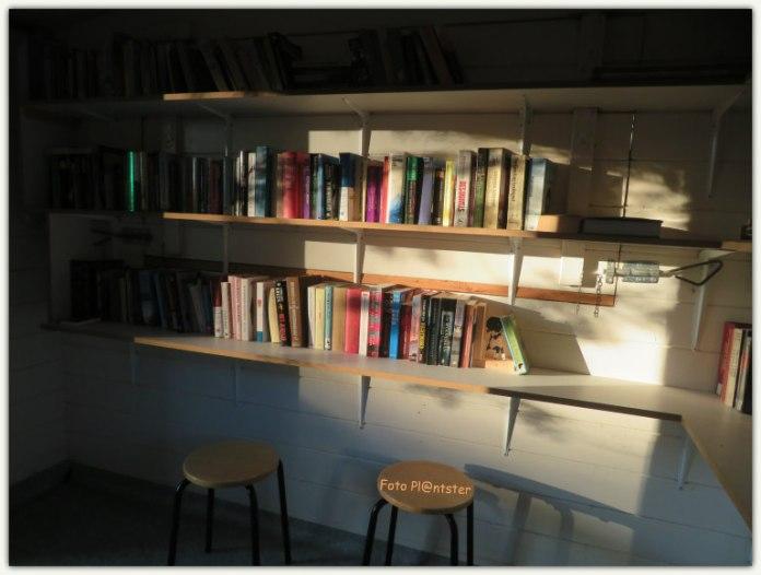 Uitnodigend om erbij te gaan zitten.Met de deur geopend liet de zon haar licht nog op enkele boeken schijnen.